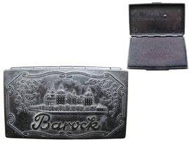 """Stempelkissen """"Barock"""", Bürochemie Dresden VEB, Reliefiertes Dekor, Ansicht Schloss Moritzburg. Design Hans-Günther Kummer -  Länge 9.5 cm, Breite 5.5 cm, Höhe 1.8 cm"""