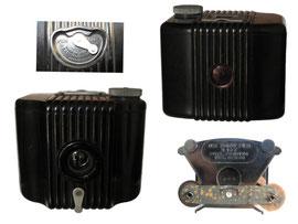 Baby Brownie Kamera, Hersteller: Eastman Kodak Co. 1934-1941, Designer: Walter Dorwin Teague - Breite 8 cm, Tiefe 7 cm, Höhe 6 cm