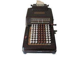 """Direct-L (8x8), Konstrukteur: C. Moesch, Hersteller: Theo Muggli AG, Zürich"""", Produziert 1932- ca. 1955 - Breite 26 cm, Länge 50 cm, Höhe 18 cm, Gewicht 5.5 kg"""