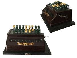 Torpedo Schnell Addiermaschine, Hersteller: Torpedo-Werke A.G. Frankfurt a.M., Erscheinungsjahr 1937 - Breite 23.4 cm. Höhe 10.6 cm, Tiefe 15.9 cm, Gewicht 2.1 kg