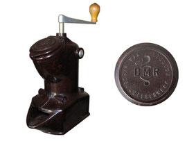 Kaffeemühle DMR, prod. VEB Dieselmotorenwerk Rostock als Konsumgüterproduktion, DDR-Nachbau der Dienes-Kaffeemühle, (Produktion 1950-1959) - Breite 8 cm, Höhe 23 cm Tiefe 14cm
