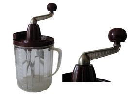 Rührfix Original. 1934 begann der Rührfix, ein handbetriebenes Küchengerät, seinen Siegeszug in die ganze Welt. August Heinzerling (1899 – 1989) hatte ihn erfunden
