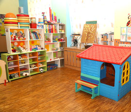 Spielbereich mit Büchern und Stofftieren