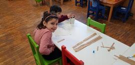 Kinder basteln und malen