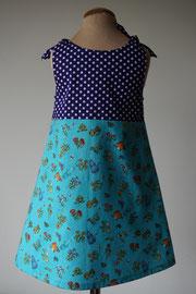 Achter: I love tuinieren. Het jurkje wordt op de schouders gestrikt. Artikelcode 98/104-045.