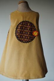 Achter: So cute jurkje met kleine bloemetjes van fijn ribstof. Artikelcode 92-060.