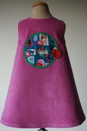 Achter: So cute jurkje met retro afbeeldingen van fijn ribstof. Artikelcode 92-061.
