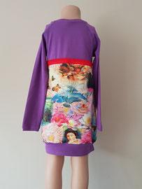 Achter: Oriental mix, jurkje van tricot.  Artikelcode 110/116-044.