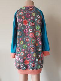 Achter: Flowerpower, sweaterdress van tricot. Artikelcode 104-022.