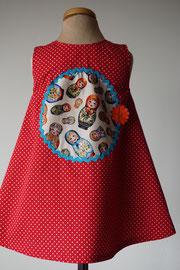 Achter: Hello Baboeska, katoenen jurkje met een beetje blingbling. Artikelcode 86-067.