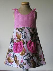 Voor: PurrPurr jurkje met zakjes. Het jurkje wordt op de schouders gestrikt. Artikelcode 86/92-038. Prijs: 34,95 excl. verzendkosten.