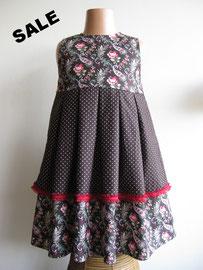 Voor: So cute donkerbruine jurk afgewerkt met een rode sierband. Het jurkje is gevoerd, dus geschikt voor de herfst/winter. Artikelcode 98/104-018. Prijs: 34,95 excl. verzendkosten.
