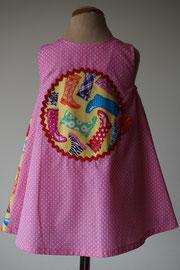 Achter: Regenlaarzen, so cute katoenen jurkje. Artikelcode 86-073.