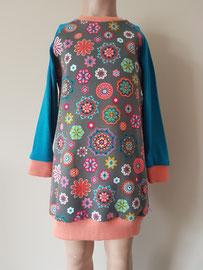 Voor: Flowerpower, sweaterdress van tricot. Artikelcode 104-022. Prijs: 35,95 excl. verzendkosten.