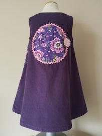 Achter: Purple flowers, so cute jurkje van fijn ribstof. Artikelcode 104-018.