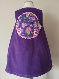 Achter: So cute jurkje met bloemen (paars) van fijn ribstof.  Artikelcode 92-070.