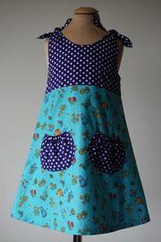 Voor: I love tuinieren. Het jurkje wordt op de schouders gestrikt. Artikelcode 98/104-045. Prijs: 34,95 excl. verzendkosten.