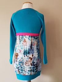 Achter: Wintertime blauw, jurkje van tricot. Artikelcode 98/104-052.