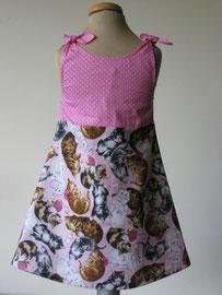 Achter: PurrPurr jurkje met zakjes. Het jurkje wordt op de schouders gestrikt. Artikelcode 86/92-038.