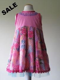 Voor: So cute prinsessen jurkje afgewerkt met tule en roze sierband. Artikelcode 98/104-015. Prijs 22,95 excl. verzendkosten.