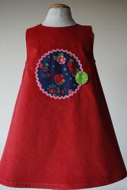 Achter: So cute jurkje met rode roosjes van fijn ribstof. Artikelcode 98-018.