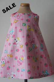 Voor: So cute katoenen jurkje met print van oa konijnen en beertjes. Artikelcode 92-045. Prijs: 24,95 excl. verzendkosten.