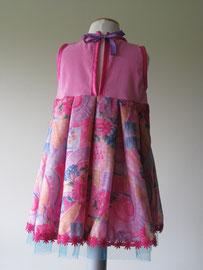 Achter: So cute prinsessen jurkje afgewerkt met tule en roze sierband. Artikelcode 98/104-015.