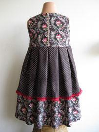 Achter: So cute donkerbruine jurk afgewerkt met een rode sierband. Het jurkje is gevoerd, dus geschikt voor de herfst/winter. Artikelcode 98/104-018.