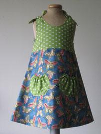 Voor: Butterfly jurkje met zakjes. Het jurkje wordt op de schouders gestrikt. Artikelcode 98/104-040. Prijs: 34,95 excl. verzendkosten.