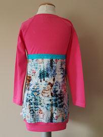 Achter: Wintertime roze, jurkje van tricot. Artikelcode 98/104-047.