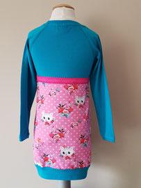 Achter: Poezenkop blauw, jurkje van tricot. Artikelcode 98/104-048.