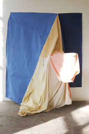 Wandkleid, Acryl paint on cotton, various textiles, 260 x 225 x 110 cm, 2019 (Performance)