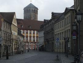 im Hintergrund: Schlosskirche