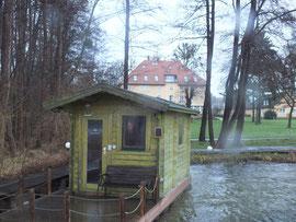 Anlage: Seesauna, im Hintergrund ein Haus des Hotels