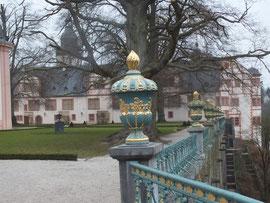 Schhloss: Gußeiserne Balustrade mit Marmorpostamenten von 1706