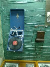 Старинные телефоны.