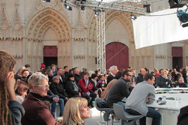 Le plateau télé de Midi en France, devant la Cathédrale St Jean/ Photo : Anik Couble