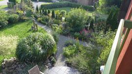Blick von oben in  einen Teil des Gartens