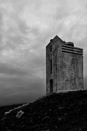 Leuchtturm der bedrohlich in die Landschaft ragt