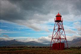 Ein alter Leuchtturm bei einer stillgelegten Heringsfabrik in Hjaltergri