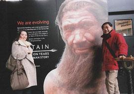 自然博物館の原始人展の広告の前。 リアルにネアンデルタール人が見れます。