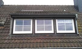 Vorbaurolllade an Dachgaube in geöffnetem Zustand, die beiden linken Fenster sind gekoppelt