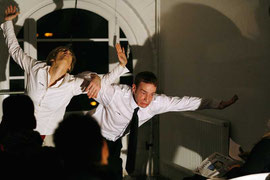 """Room Service 10"" - Raum: Flugsimulator im Kunsthaus Rhenania Köln - Rolle: Flugbegleiter (Foto: © X, 2009), mit Isabell Brenner"