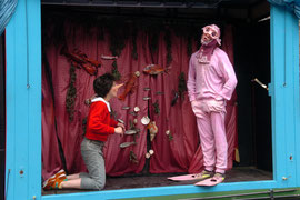 """""""Pinocchio"""" bei den Burgfestspielen Mayen - Rolle: Thunfisch (Foto: © Peter Seydel, 2006), mit Katrin Griesser"""