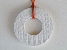 """Halsschmuck """"RingO 03"""" aus Porzellan mit textiler Struktur"""