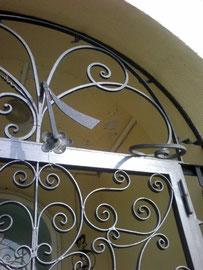 Vandali hanno rotto il cancello in ferro battuto