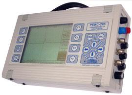 Рефлектометр РЕЙС-205 имеет убирающуюся ручку для переноски и специальные открывающиеся упоры на задней стенке