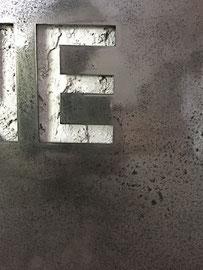 Joseph (Thierry Michelet) finition du métal oxydé et vernis brilant.