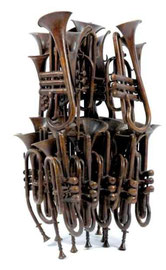 Arman :accumulation de trompettes, numéroté, signé.Bronze à patine brune.H:67 L/39cm.galerie Gabel, côte d'Azur Biot