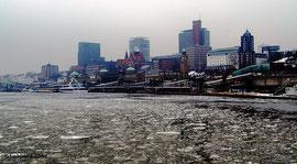 Eisschollen auf der Elbe bei den Landungsbrücken